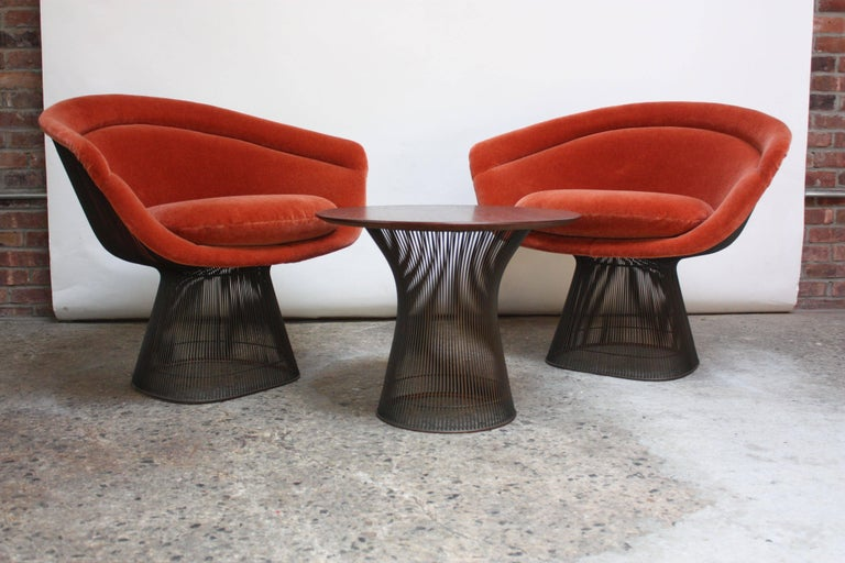 American Pair of Warren Platner for Knoll Bronze and Mohair Lounge Chairs with Side Table For Sale