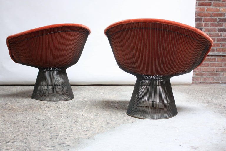 Mid-20th Century Pair of Warren Platner for Knoll Bronze and Mohair Lounge Chairs with Side Table For Sale