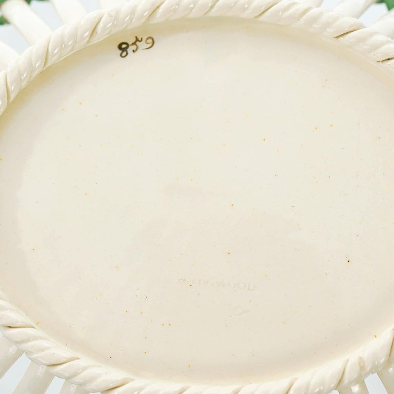 Pair of Wedgwood Creamware Chestnut Baskets and Underplates In Good Condition For Sale In Litchfield, CT