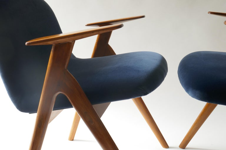 Mid-20th Century Pair of  Wood and Blue Velvet Armchairs, Italy, 1960s For Sale