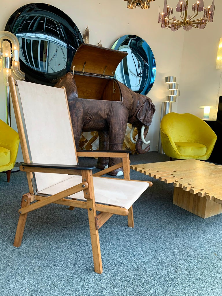 Pair of folding chairs armchairs in wood and suede leather. In the manner of folding Transatlantic deckchairs chaise longue. New suede upholstery. Folding measurements 62 x 69 x 10 cms.
