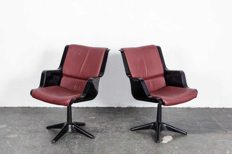 Mid-Century Modern Pair of Yrjo Kukkapuro for Haimi Molded Plastic and Leather Swivel Side Chairs For Sale