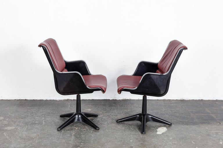 Pair of Yrjo Kukkapuro for Haimi Molded Plastic and Leather Swivel Side Chairs In Good Condition For Sale In North Hollywood, CA