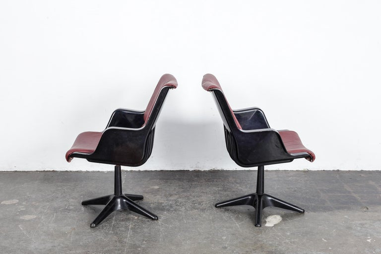 Mid-20th Century Pair of Yrjo Kukkapuro for Haimi Molded Plastic and Leather Swivel Side Chairs For Sale