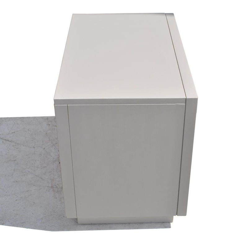20th Century Pair of Regency Style Grey Nightstands Side Tables For Sale