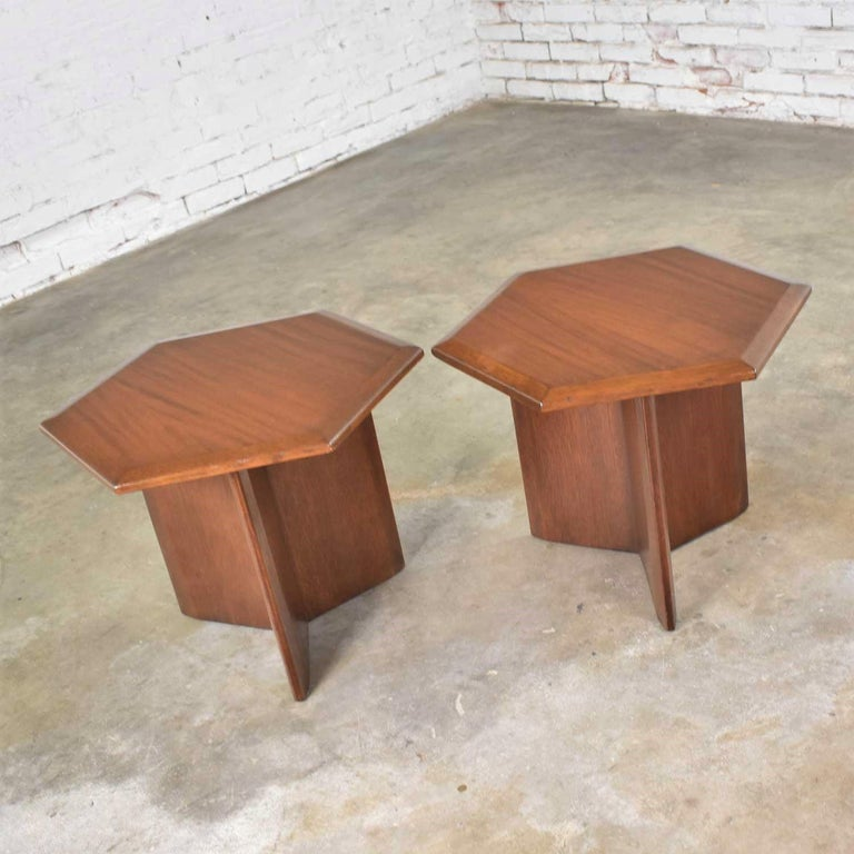 Pair Walnut Stained Hexagon Side Tables Style of Frank Lloyd Wright for Henredon In Good Condition For Sale In Topeka, KS