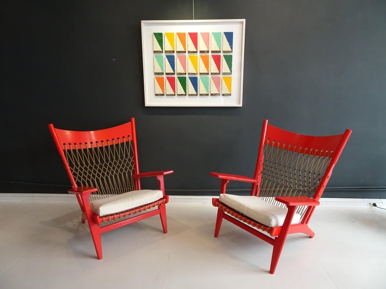 Hans Wegner, pair of red lacquered web lounge chairs JH719, early edition, circa 1960. Mint condition.   Dimensions: L 83 cm xL 76 x Ha 42 x P 48 x H 102 cm.