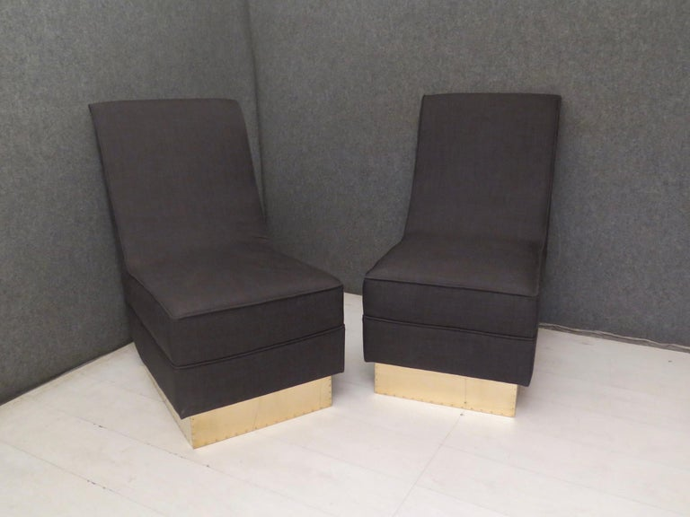 The main feature of these armchairs are the voluptuous backrests, without the presence of side armrests, which make the armchairs super elegant. Superlative the contrast of the fabric with the polished brass base.  All covered with anthracite black