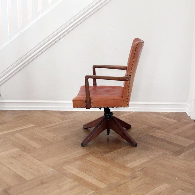 Scandinavian Modern Palle Suenson, Rare Executive Desk Chair in Walnut, Brass and Leather, 1940s For Sale