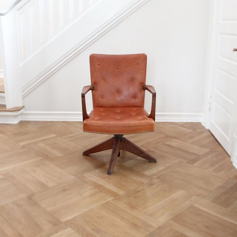 Palle Suenson, Rare Executive Desk Chair in Walnut, Brass and Leather, 1940s In Good Condition For Sale In Copenhagen, DK