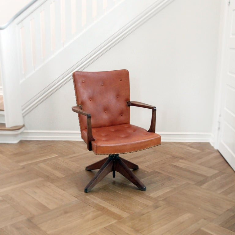 Palle Suenson, Rare Executive Desk Chair in Walnut, Brass and Leather, 1940s For Sale 1