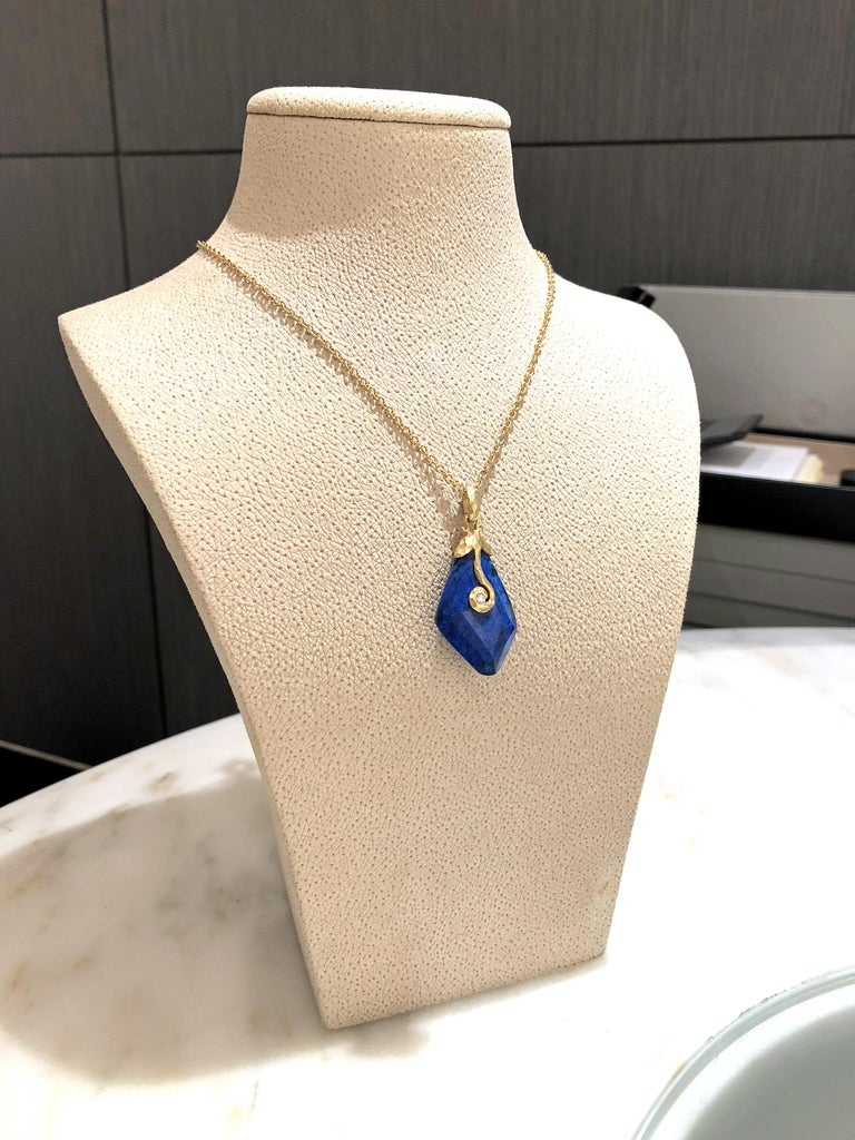 Round Cut Pamela Froman Faceted Lapis Diamond Hammered Gold Pendant Drop Necklace For Sale
