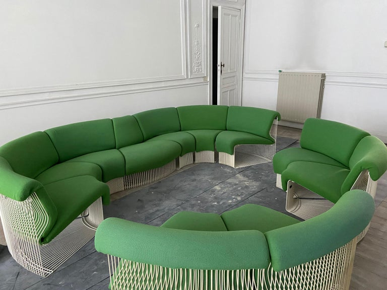 Beautiful and rare sofa designed by Verner Panton and produced in 1975 by Fritz Hansen. The set consists of ten concave modules and a convex module, the eleven modules are made of steel wire and a seat made of green wool sheets.  Magnifique et