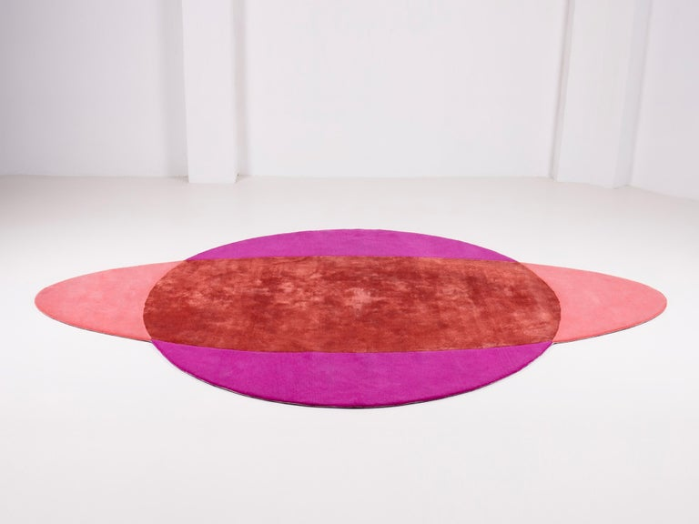 This carpet is a new proposal for a non-square shaped rug. The other side and its pleat is an optical game. It plays with the colors between the round and the oval. Its also a wink to the Gavina's 70 creations, between surrealism and pop