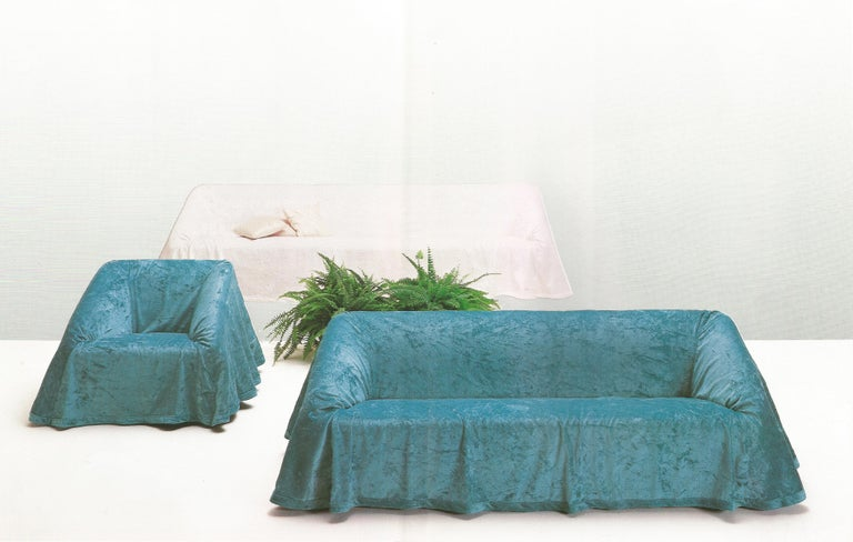 It suits to the silence and quiet elegance of the morning light while in the evening it's right for very large or smaller rooms. So mutable and perfect to change its cloth in a flash, it can be dressed up for a dinner and easily undressed if it gets