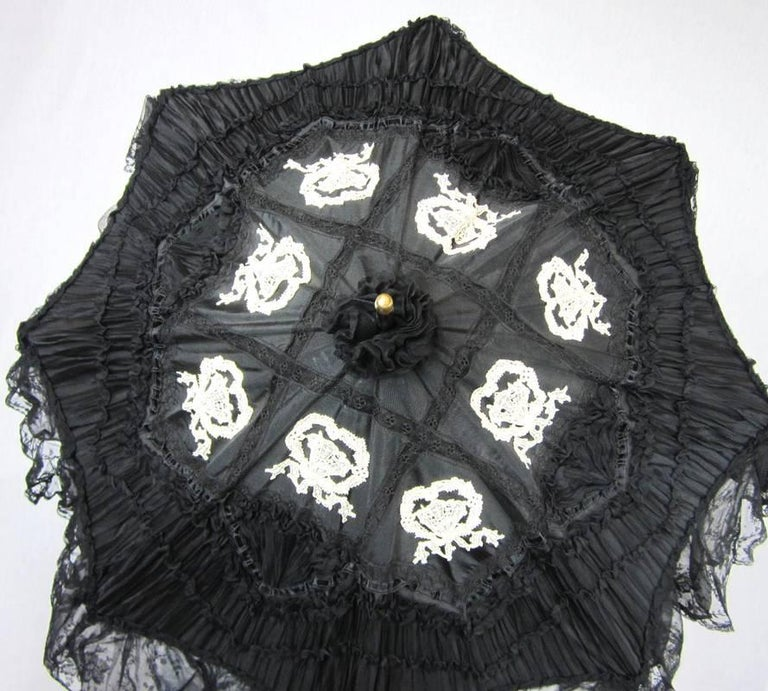 Parasol Silk & Lace Heavily detailed Gold accent parasol circa 1900's Victorian In Good Condition For Sale In Wallkill, NY