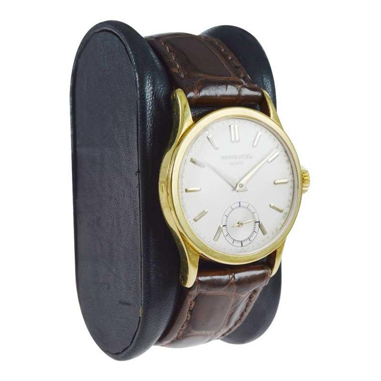 Patek Philippe 18 Karat Gold Classic Calatrava with Original Dial, circa 1940s In Excellent Condition For Sale In Long Beach, CA