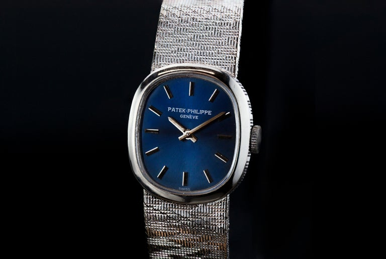 Launched in 1973, the 'Mini-Ellipse' ref. 4226 was a bestselling watch of the Patek Philippe line well into the 1980s. The reference was available in yellow gold and white gold with a multitude of dial, strap and bracelet options.  This example