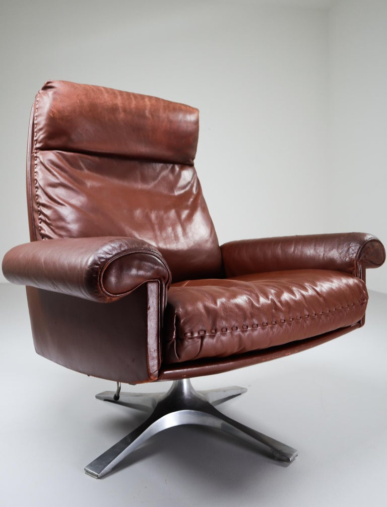 Mid-Century Modern Patinated Brown Leather Vintage Swiss De Sede DS 35 Swivel Armchair For Sale