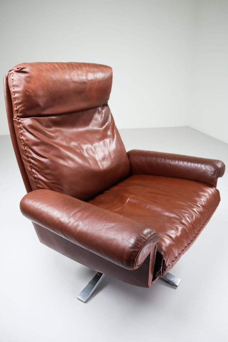 Patinated Brown Leather Vintage Swiss De Sede DS 35 Swivel Armchair In Good Condition For Sale In Almelo, NL