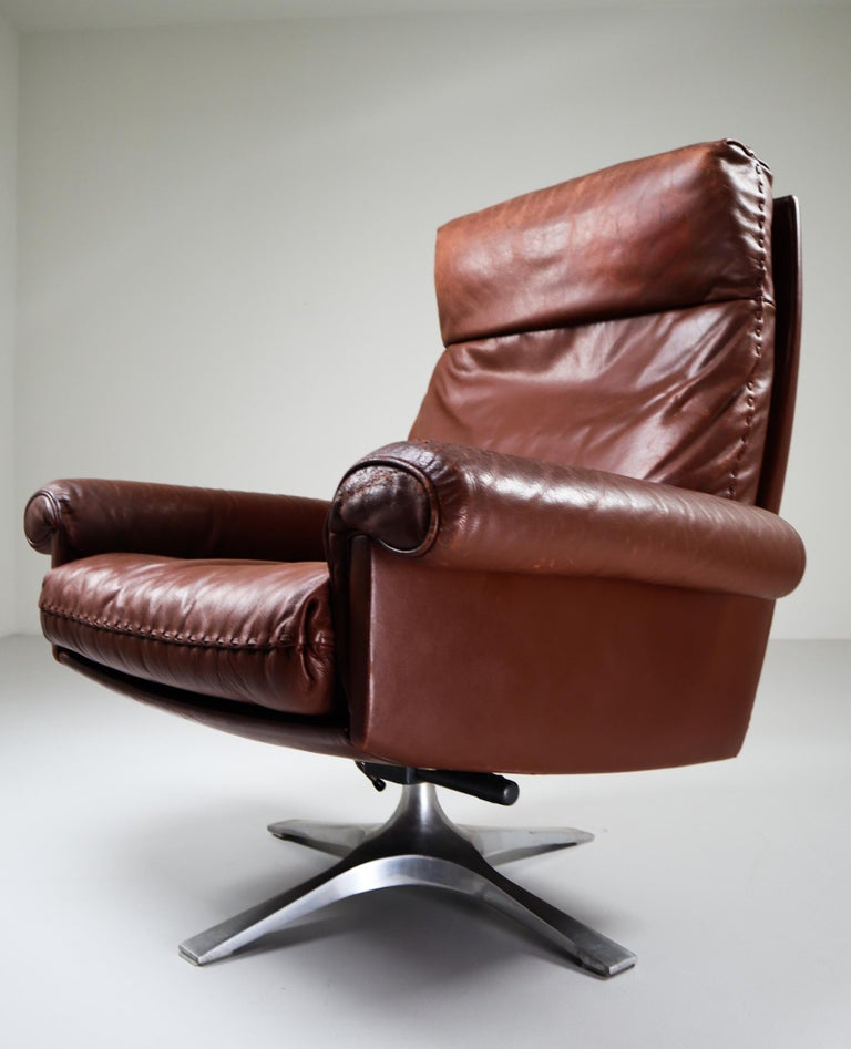 Patinated Brown Leather Vintage Swiss De Sede DS 35 Swivel Armchair For Sale 1