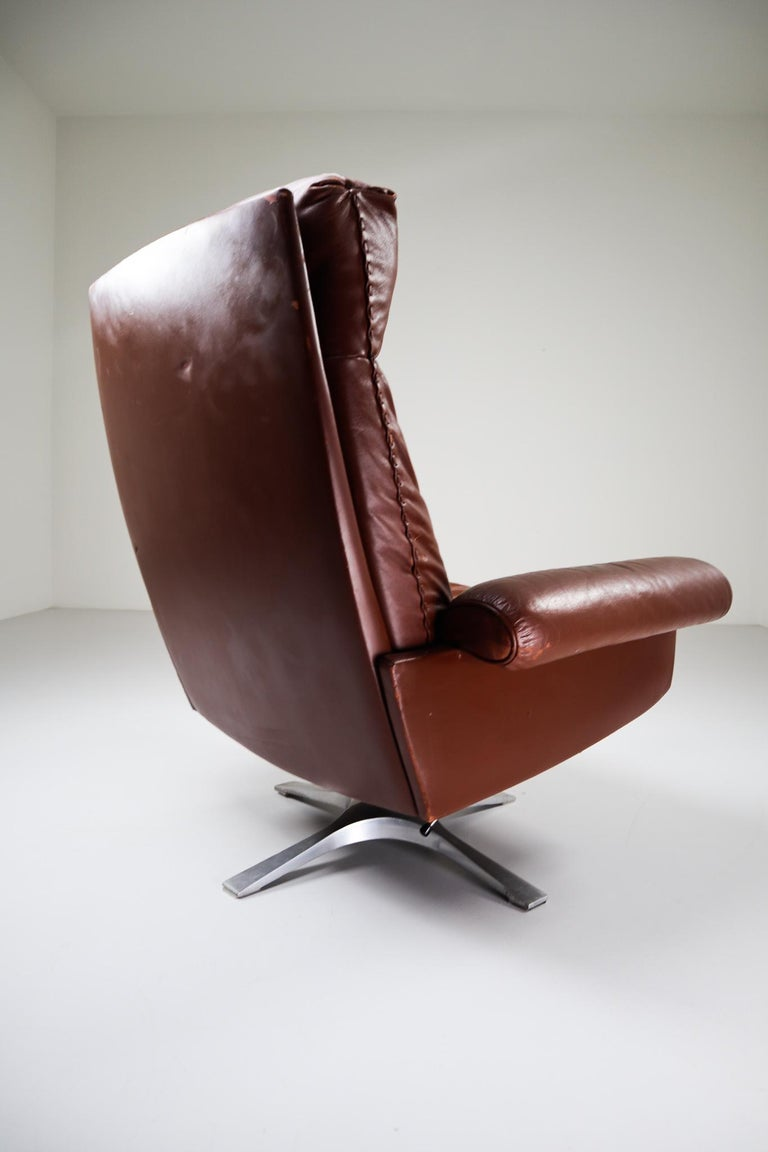 Patinated Brown Leather Vintage Swiss De Sede DS 35 Swivel Armchair For Sale 2