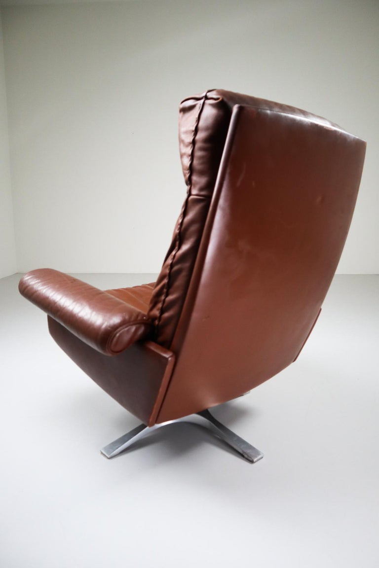 Patinated Brown Leather Vintage Swiss De Sede DS 35 Swivel Armchair For Sale 3