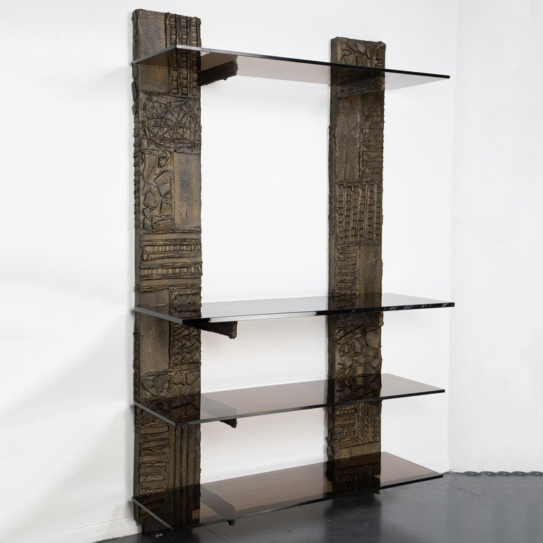 Wall unit with 2 pilasters in sculpted bronze resin and smoked glass shelves by Paul Evans, American 1974 (signed