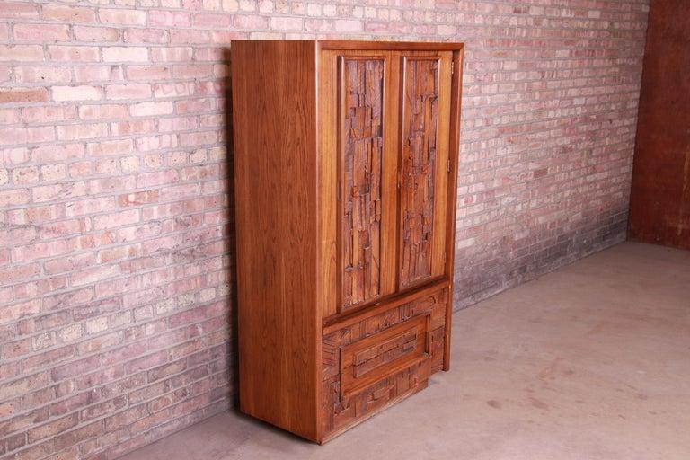 Paul Evans Style Lane Pueblo Brutalist Mid-Century Modern Oak Armoire Dresser In Good Condition For Sale In South Bend, IN
