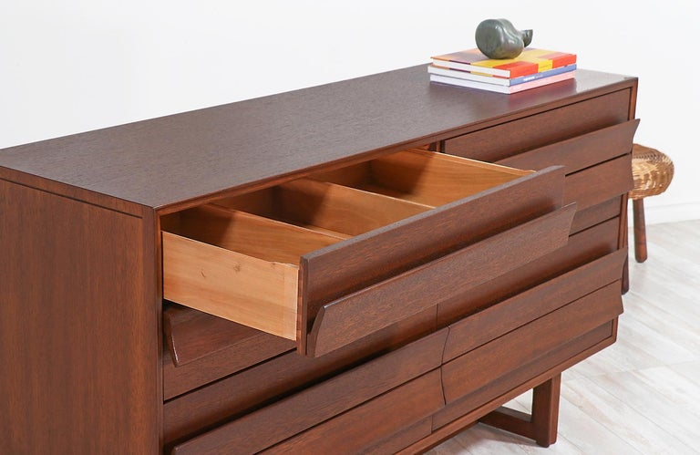 Paul Laszlo 8-Drawer Dresser for Brown Saltman In Excellent Condition For Sale In Los Angeles, CA