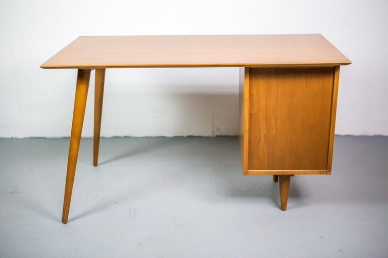 Paul McCobb Desk for Planner Group in Solid Maple, 1950s In Excellent Condition For Sale In Berlin, DE