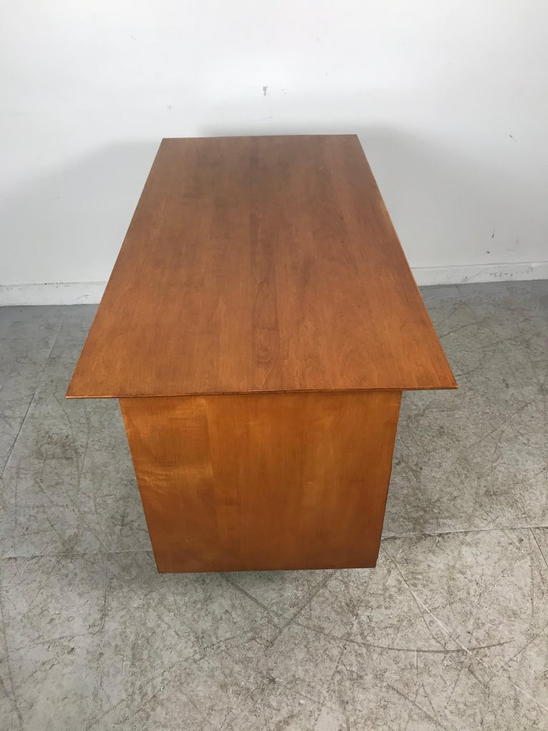 Paul McCobb Maple Planner Group Desk In Good Condition For Sale In Buffalo, NY