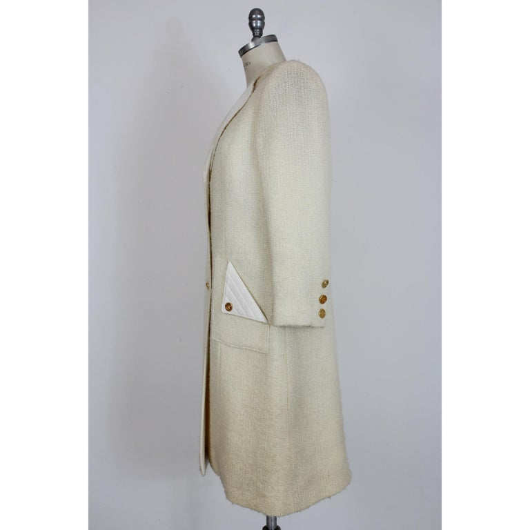 Paula Klein 80's vintage women's coat, long model, white, 100% pure wool with matelasse collar and pockets. Closure with gold-colored buttons, internally lined. Made in France. Very good vintage conditions, with some small spots that do not