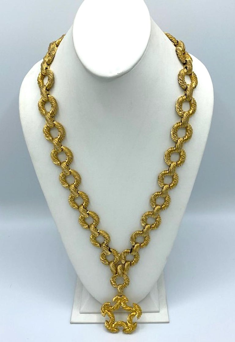 Pauline Rader 1970s Long Gold Rope Link Pendant Necklace In Good Condition For Sale In New York, NY