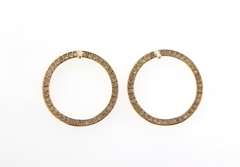 These fun and playful circle earrings are made from sparkling pav'ed diamonds. The VVS diamonds are set into the the circle design and are perfect for daily wear or dressed up for the evening.