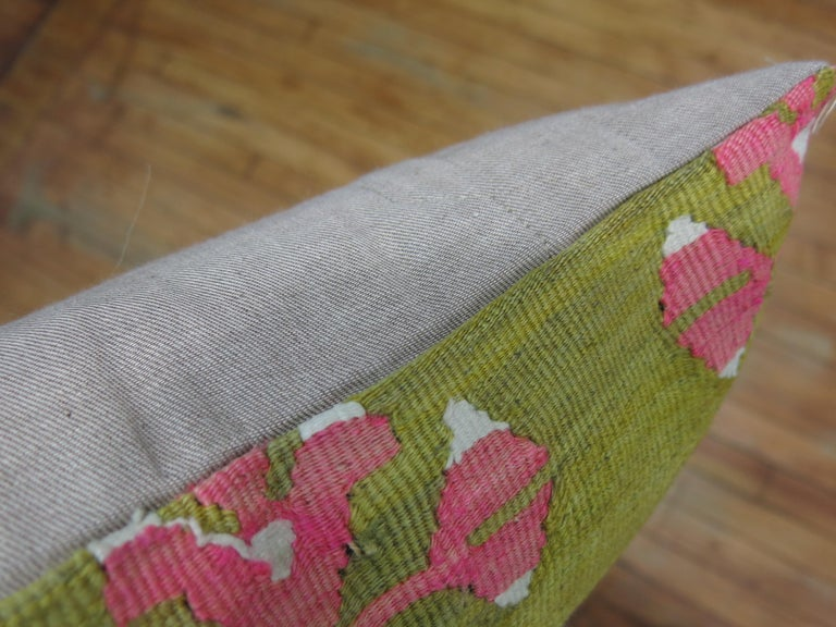 Pea Green Pink Turkish Kilim Pillow In Good Condition For Sale In New York, NY
