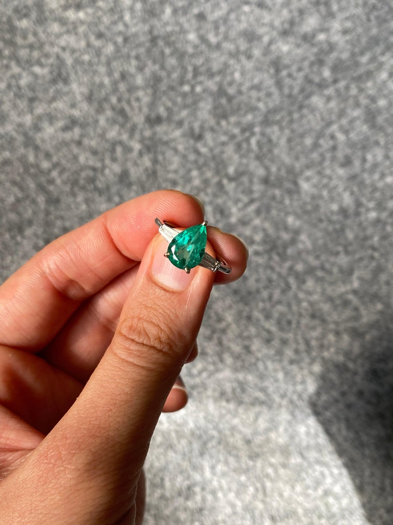 Pear Shape Colombian Emerald and Diamond Three Stone Engagement Ring In New Condition For Sale In Bangkok, Thailand