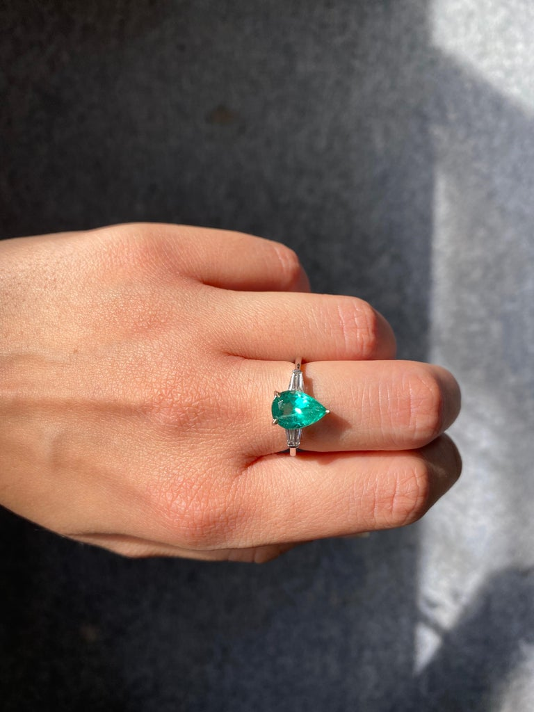 Pear Shape Colombian Emerald and Diamond Three Stone Engagement Ring For Sale 1