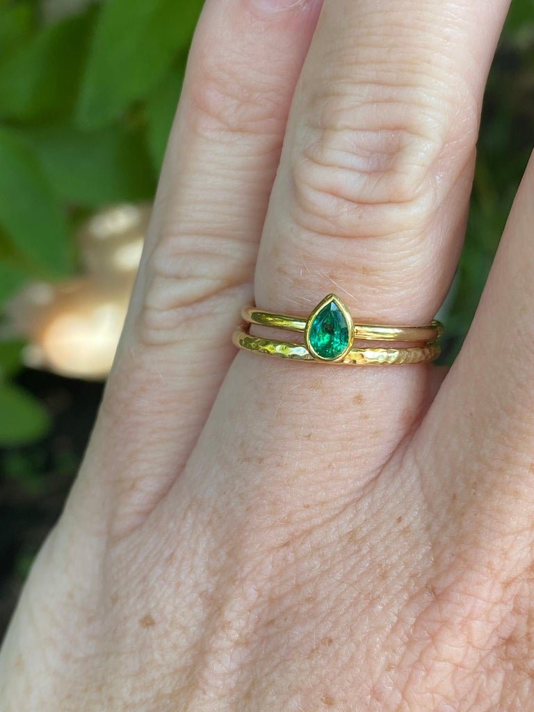 Pear Shaped Colombian Emerald 18 Karat Gold Stacking Engagement Ring For Sale 1