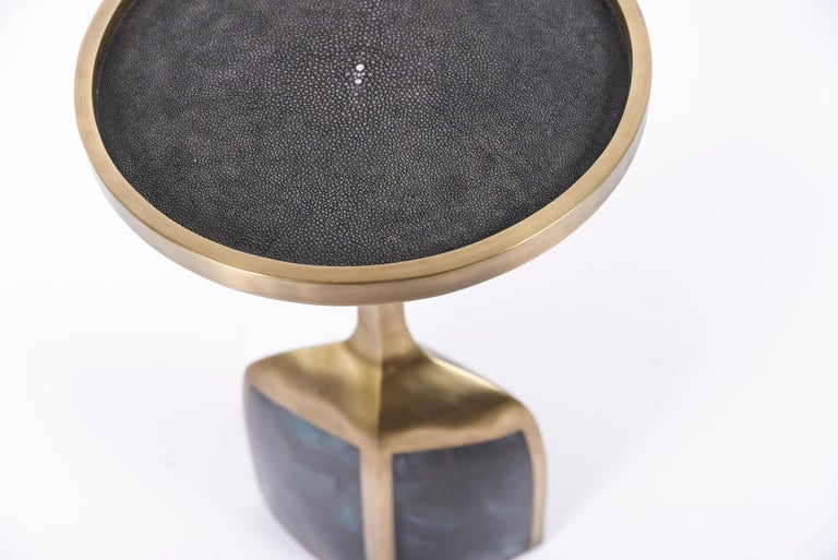 The pedestal side large is the perfect end table that is easily adaptable in any space and due to its lightweight nature easy to move around. The large size is inlaid on the top surface with black Shagreen, the bottom part a mixture of black