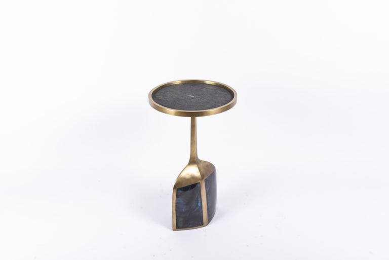 The pedestal side large is the perfect end table, that is easily adaptable in any space and due to its lightweight nature easy to move around. The large size is inlaid on the top surface with black shagreen, the bottom part a mixture of blue pen
