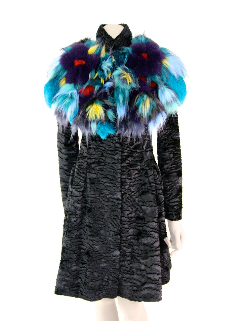 Pelush Botanical Faux Fur Collar With Three Dimensional Flowers - One Size In New Condition For Sale In Greenwich, CT
