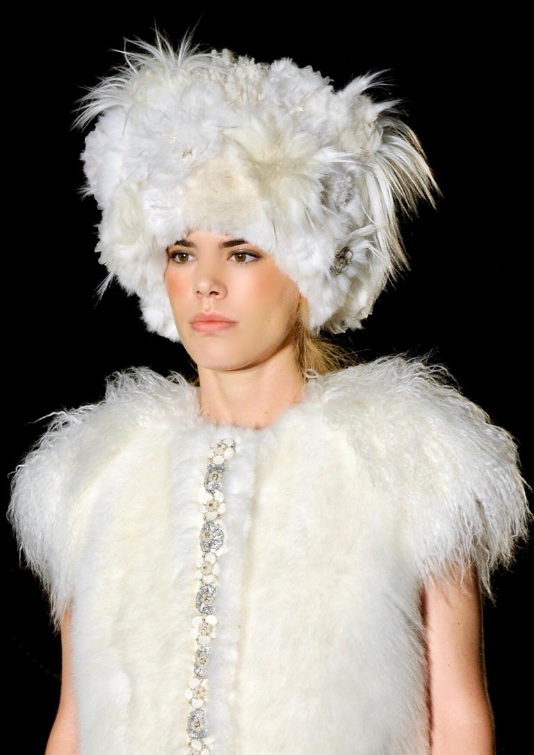 The Iris Pelush white faux fur mink vest with details is a one of a kind exclusive piece. Highlighting the best quality man made pelage, this indulgent plush fake faux fur vest is a beautiful replica of the mink fur, the Mongolian lamb fur and the