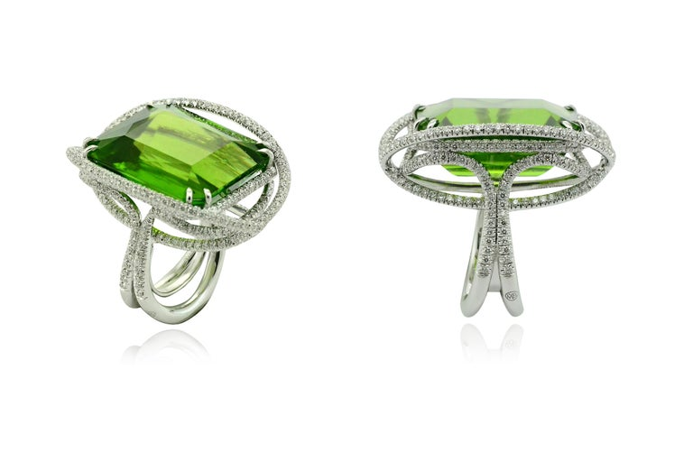 Peridot 53.50 Kt Diamonds White Gold Made in Italy Ring In New Condition For Sale In Valenza , IT