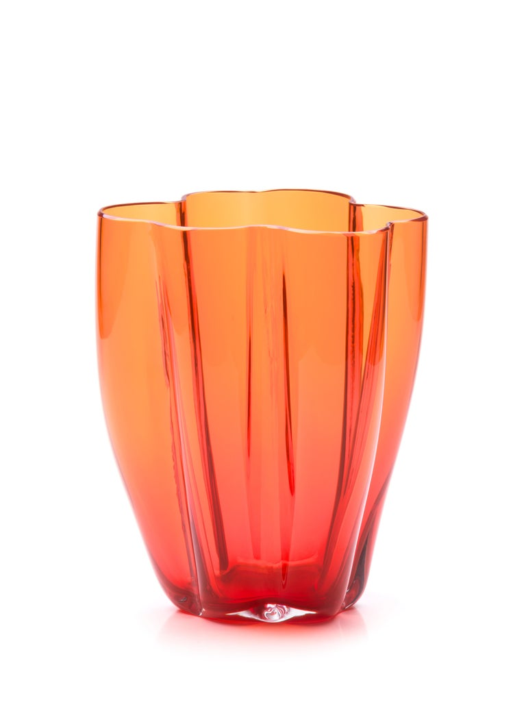 Petal is a rounded vase that, thanks to some fine metal wires, when blown creates lobed shapes that resemble petals. Designed by Alessandro Mendini, Petalo comes in two sizes and six leaves in a polished finish to emphasize the beauty and