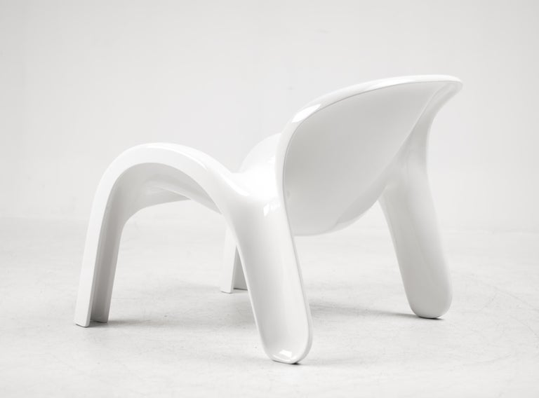 GN2 moulded fiberglass lounge chair designed by Peter Ghyczy for Reuter'S Form and life collection, Germany, 1970. This sculptural chair provides comfortable seating and is suitable for outdoor use. Excellent condition!