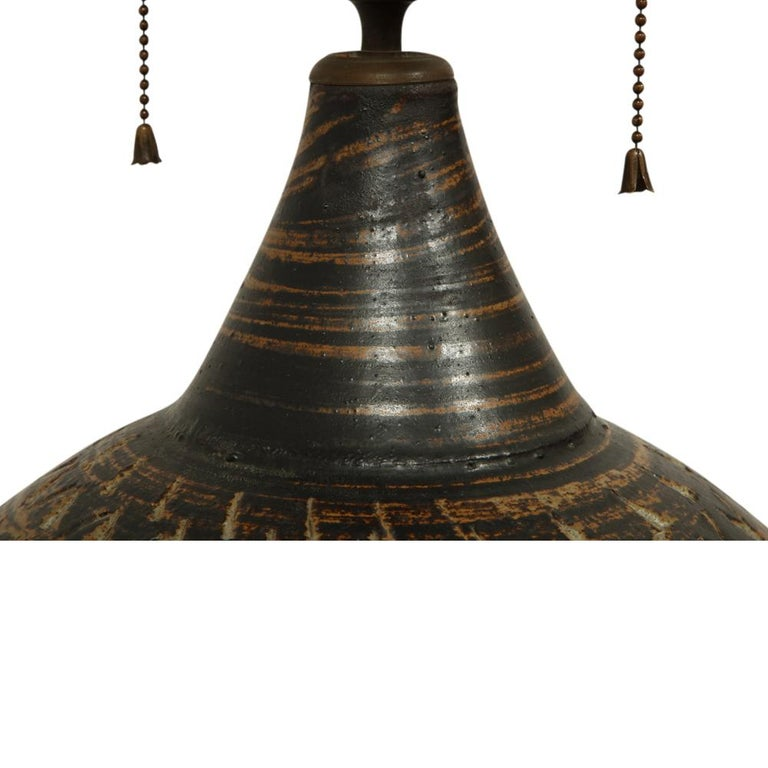 Mid-20th Century Peter Voulkos Stoneware Lamp Earth Tones Ceramic Incised Signed USA, 1950s For Sale