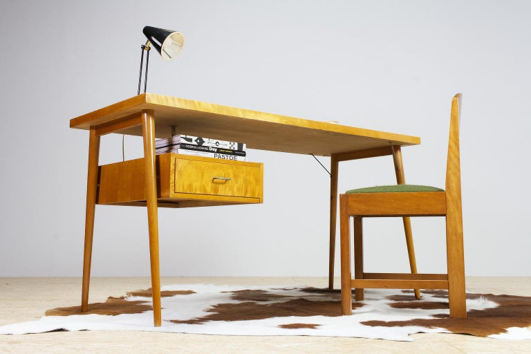Lovely petit freestanding Czech desk in yellow birch. This light and elegant 1950s midcentury vintage piece has the typical craftsmanship and soberness of Czech design, and originates from the same period and design culture as the pieces of Jindrich