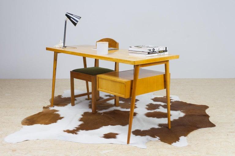 Petit Freestanding Desk in Yellow Birch from Czech 1950s, Mid-Century Modern In Good Condition For Sale In Beek en Donk, NL
