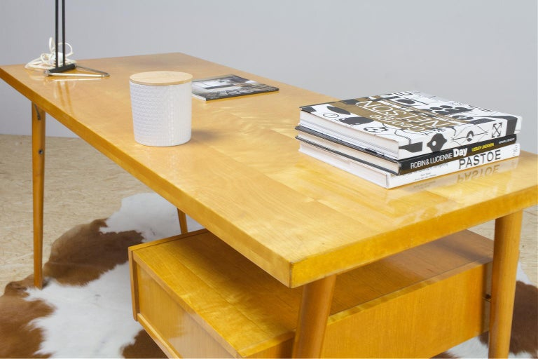 Petit Freestanding Desk in Yellow Birch from Czech 1950s, Mid-Century Modern For Sale 3